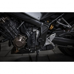 Le quickshifter permet de monter les rapports de sa CB650R ou de sa CBR650R sans embrayer ni relacher la poignée d'accélérateur