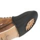 La semelle du protège-chaussure est ajourée pour permettre la marche